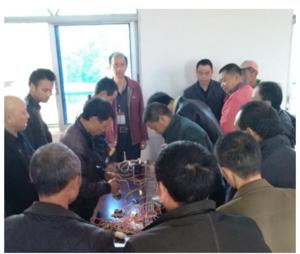 夹江县南安乡电工培训学员进行操作技能表演